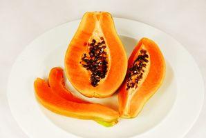 Las diferentes piezas entre una planta de papaya y una planta de lirio