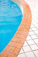 Cómo quitar el calcio de la piscina del azulejo