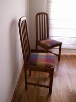 Cómo proteger pisos de madera de las sillas correderas