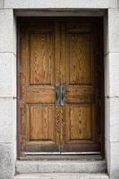 Cómo reparar grietas en las puertas de madera