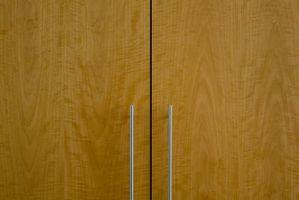 Cómo usar esmalte en oscuro Puertas de gabinete