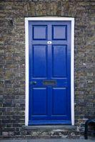 Cómo decorar puertas delanteras con pintura azul
