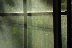 Cómo inhibir el crecimiento de moho alrededor de las ventanas
