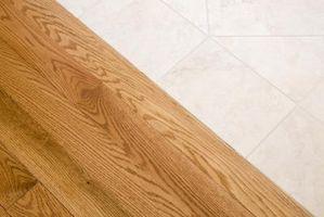 Cómo limpiar los pisos de madera con una solución limpiadora