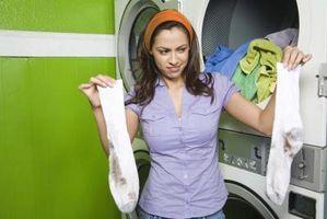 Cómo lavar la ropa en un balde de 5 galones