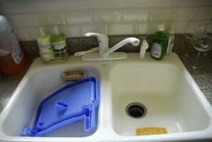 Cómo quitar un solo mando grifo de la cocina