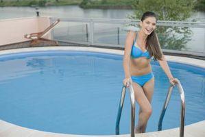 ¿Puedo utilizar una escalera de aluminio en la piscina?