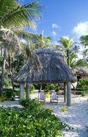 La distancia requerida entre una piscina y una cabaña Tiki
