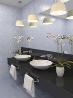 Cómo montar un espejo a una pared de baños