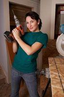 ¿Cómo hacer un agujero en el grueso de metal para instalar un tornillo