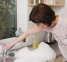 Cómo desatascar un desagüe con productos químicos