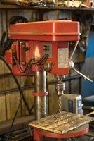 Cómo Perforar un / 8 de pulgada agujero de 1-1 en una placa gruesa de acero