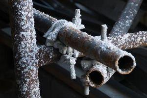 Cómo Calentar las tuberías congeladas en un espacio del arrastre