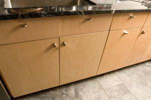 Cómo hacer una losa de cocina con una puerta del gabinete