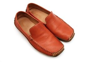 Cómo limpiar la gasolina de los zapatos de cuero