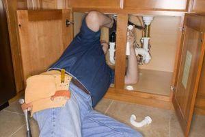Cómo instalar una nueva trampa para un fregadero de baño
