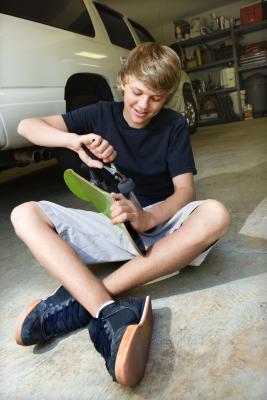 Cómo Absorber derrames de petróleo en suelos de hormigón