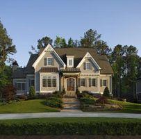 Como paisaje alrededor de una casa con plantas y arbustos