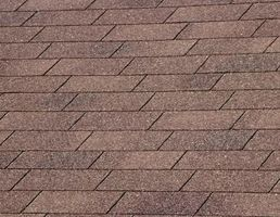 Los costos de goma Roofing vs. Las tejas de asfalto