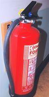 Cómo apuntar y utilizar un extintor de fuego