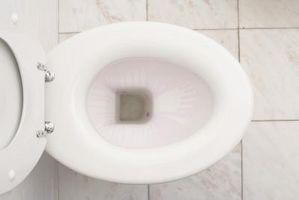 Cómo arreglar una base del inodoro que gotea cuando tiraba