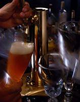 Cómo convertir un refrigerador para acomodar un barril de cerveza