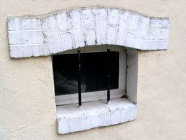 Problemas con las cortinas en una ventana del sótano Pequeño