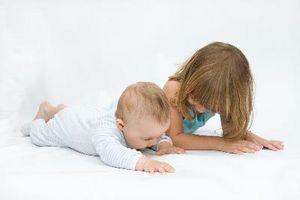 Ideas de decoración para un bebé y un niño de cinco años de participación en una habitación