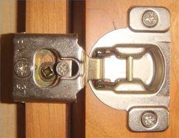 Cómo ajustar bisagras de la puerta del gabinete