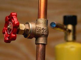 Cómo detener el agua gotea mientras que los tubos para soldar
