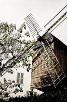Los molinos de viento sobre hierba de madera hecho en casa