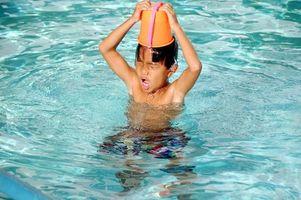 Cómo agregar tabletas de cloro a una piscina