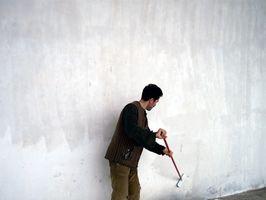Cómo pintar las paredes con madera de roble Recortar