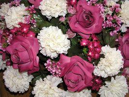 Cómo diseñar un centro de flores de seda