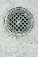¿Cuál es el tamaño mínimo para un desagüe de piso en una losa?