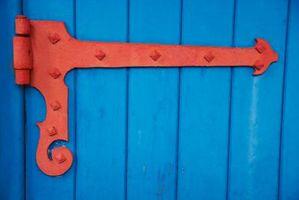 Cómo instalar una puerta de Bisagra